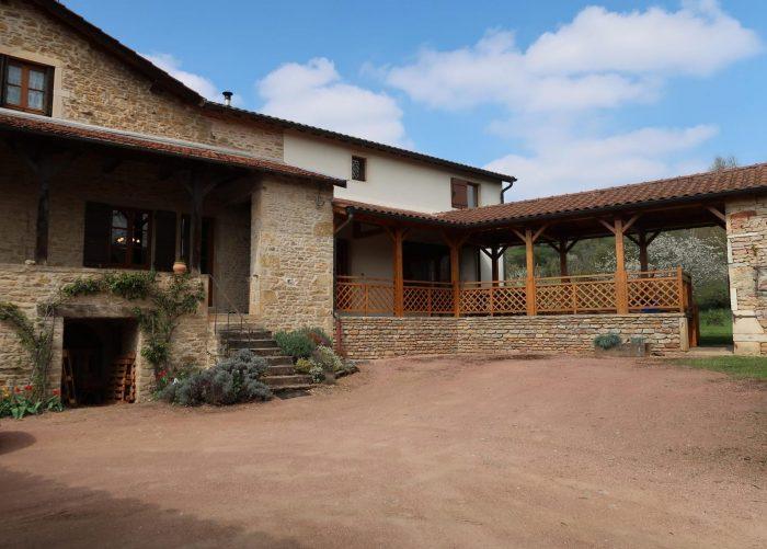 Maison en pierre avec terrasse couverte