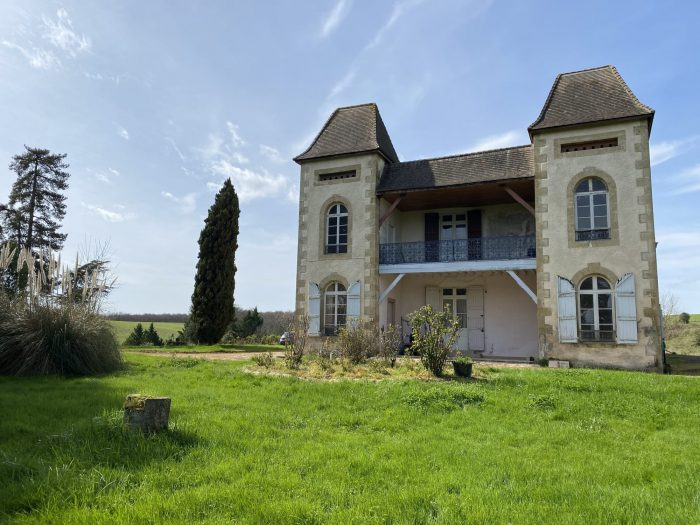 Château with 14 hectares and a lake