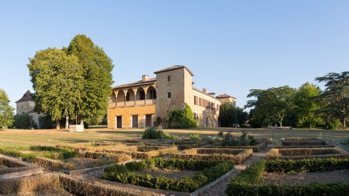 Beautiful 14th Century Château with 7 hectares