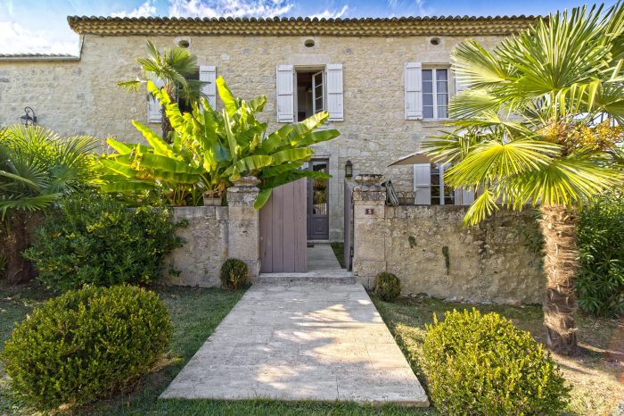 Exceptionnal Village House with Swimming pool, Guest Cottage and Barn