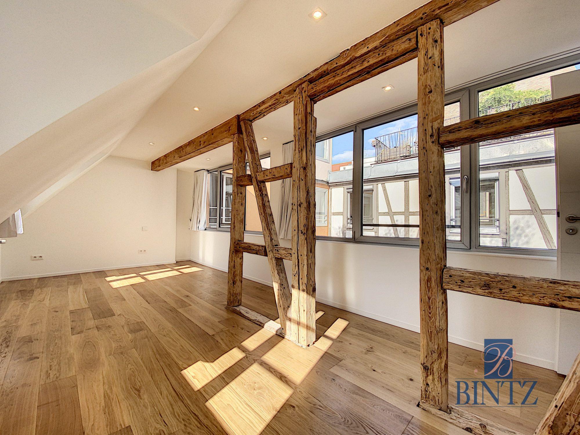 5 pièces d'exception face à la mairie - Devenez locataire en toute sérénité - Bintz Immobilier - 17