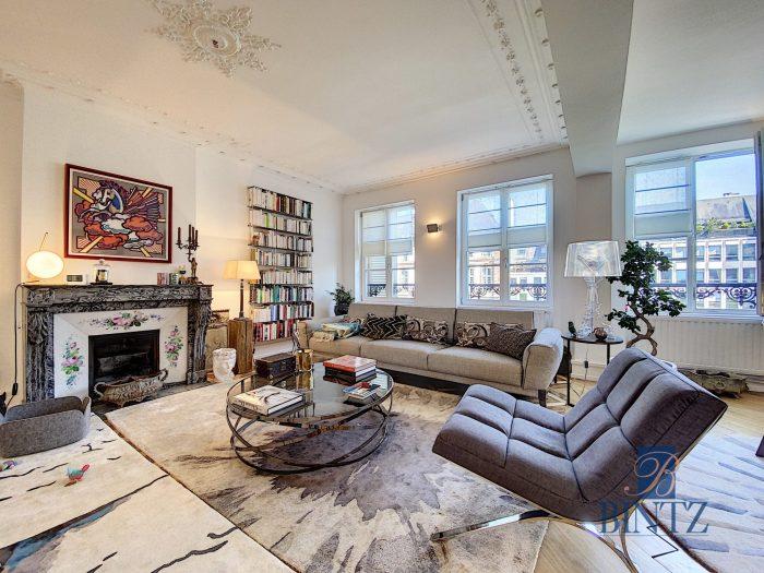 5 pièces d'exception face à la mairie - Devenez locataire en toute sérénité - Bintz Immobilier