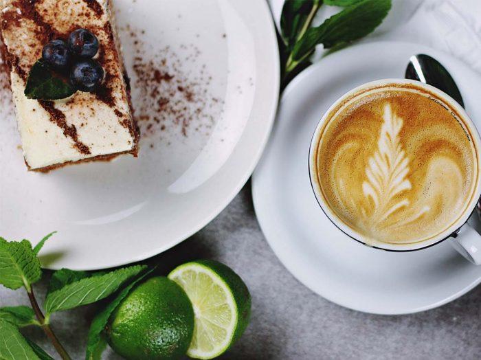 Bar à café avec jolie terrasse
