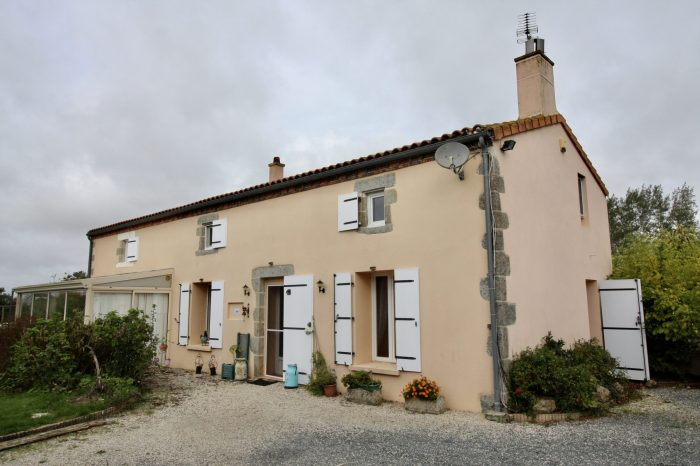 4 bedroom farmhouse, pool and renovated gite