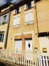 Maison de ville avec devant de porte clos