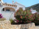 Joli bungalow avec une vue partielle sur la mer et piscine.