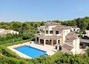 Magnifique villa construite en 2009, quartier tranquille, belle piscine et beau jardin.