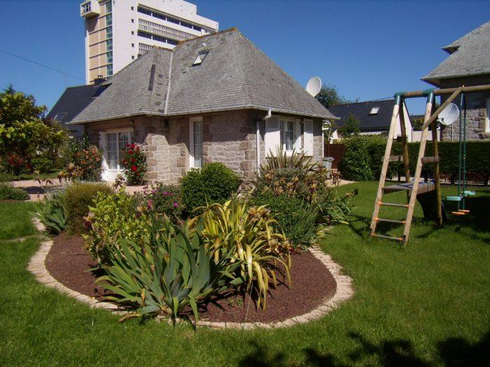 photo de charmante et confortable petite maison en pierre.