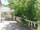 Propriété et maison de gardien dans parc boisé
