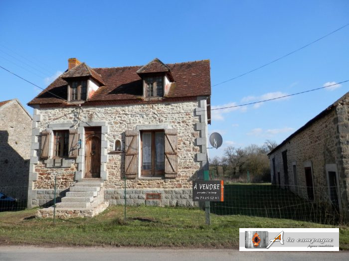 photo de Maison et grange en pierres dans un hameau calme.