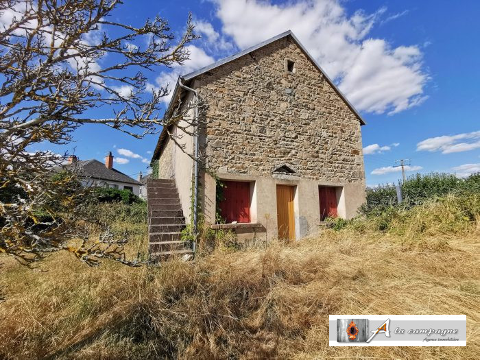 A collection of three buildings with more than 3,000 m� of land and lovely view