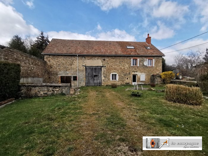 Country Farmhouse house and barn within walking distance of the Buddhist temple.