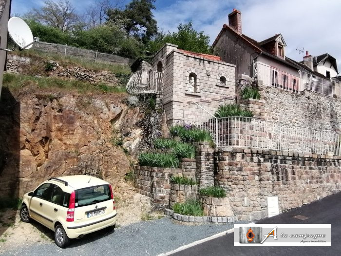 Charming little house with private parking in a village with all amenities and close to the rivers of La Tardes and La Voueize.